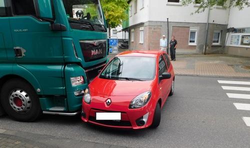 Der Renault kam nach einem verkehrswidrigen Überholmanöver vor dem LKW zum Stehen. (Foto: Polizei)