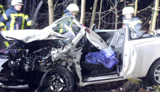 Frontalzusammenstoß: PKW-Fahrer war eingeklemmt