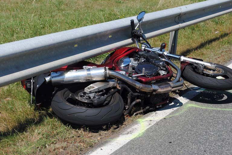 Schwerer Verkehrsunfall, Motorradfahrerin schwer verletzt
