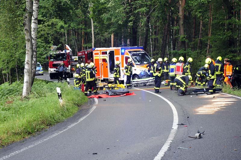 Rettungshubschrauber im Einsatz: Fahrer bei Unfall im Auto eingeklemmt