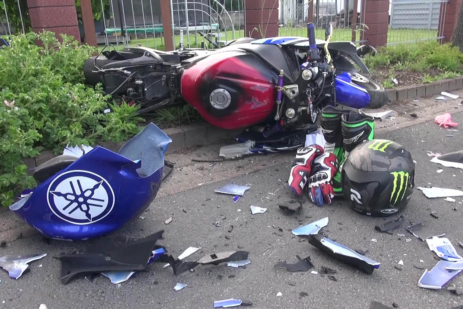 Motorradfahrer stürzt und prallt mit PKW zusammen