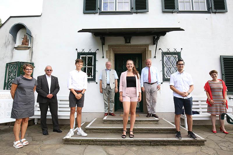 Von linsk: Bärbel Schülzchen (LD Rhein-Wied), Lothar Röser (Präsident LC Rhein-Wied), den Preisträger  des 1. Preises Carl Eichborn, Hellmuth Buhr (Vors. Förderverein LC Rhein-Wied), die Preisträgerin des 2. Preises Nina Marie Engels-Riegel, Konrad Adenauer, den Preisträger des 3. Preises Nikos Paltidis sowie Frau Dr. Corinna Franz.Foto: privat