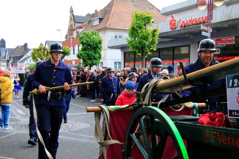 Festzug Bad Hönningen: Feuerwehr Vettelschoß war dabei