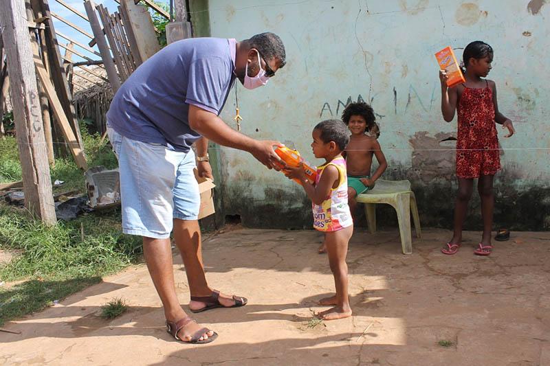 Luciano Franciolly Miranda Concalves, Sozialbetreuer und Musiklehrer, besucht Familien bringt den Kinder des Projektes Madre Rosa Lebensmittel. Foto: privat