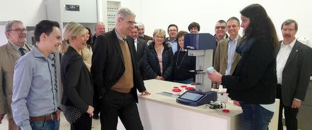 Claudia Schwan von der WEPA-Ausstellungs-Apotheke demonstriert den Mitgliedern der CDU-Kreistagsfraktion die hygieneoptimierte Salbenherstellung. (Foto: CDU-Kreistagsfraktion)