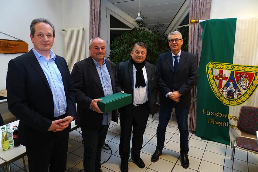DFB-Ehrenamtspreisträger 2019  im Fußballkreis Westerwald/Sieg ist Achim Hörter, Müschenbach (2.v.l.) Fotos: Willi Simon