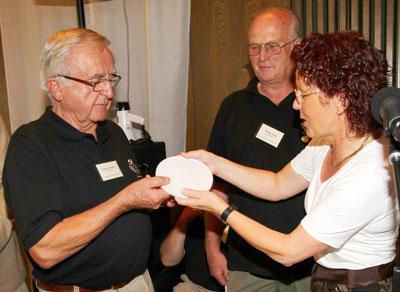 Gisbert Weber (links) nahm die Eichendorff-Plakette aus Händen der Vizepräsidentin der SGD Nord Monika Weber entgegen. Fotos: anna