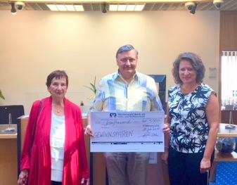 Heidrun Trommer-Hemmerle und Franz Hemmerle (von links) haben beim Gewinnsparen 5.000 Euro gewonnen. Michaela Hahn von der Westerwald Bank in Flammersfeld gratulierte. (Foto: Westerwald Bank)