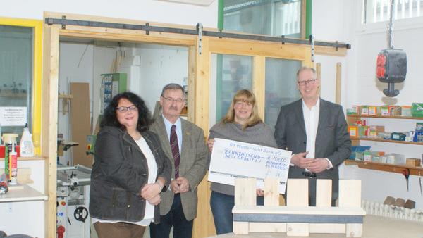 Diese Verbindung hat Tradition: Die Westerwald Bank unterstützt Neue Arbeit e. V.: (von links) Sandra Vohl, Josef Zolk, Stefanie Schneider und Wilhelm Höser. (Foto: Westerwald Bank)