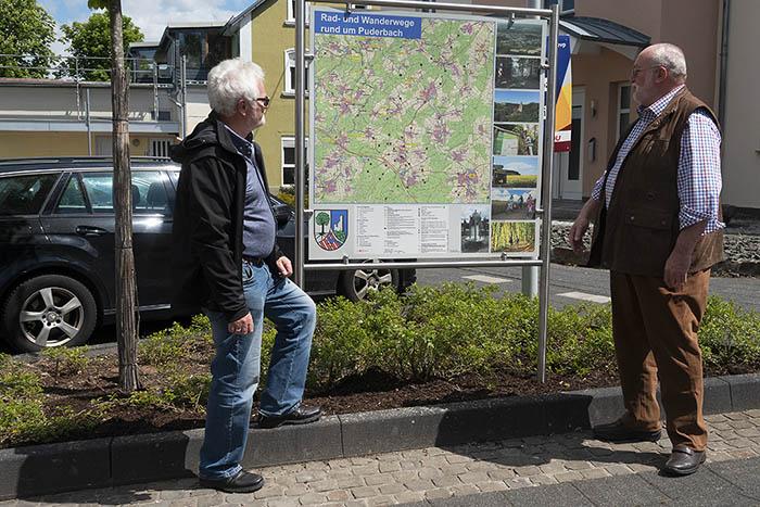 Wanderer werden in Puderbach mit neuer Tafel informiert