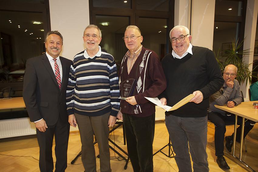 Sie nahmen die Auszeichnung aus den Händen von Hans-Werner Breithausen (links) entgegen. Foto: Wolfgang Tischler