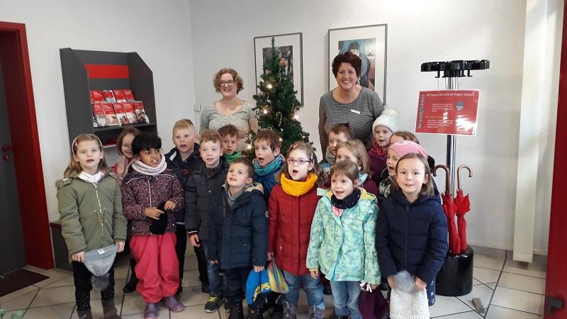 Kita-Kinder schm�ckten Weihnachtsbaum in der Sparkasse Weitefeld