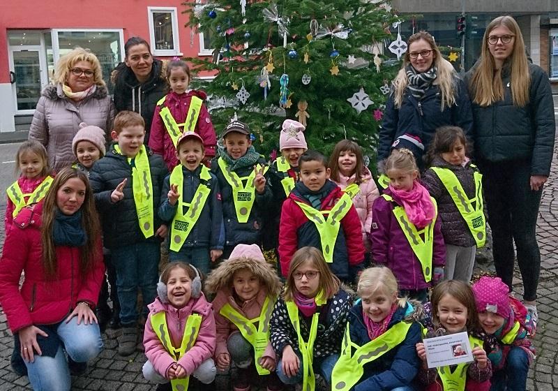 Kinder schm�cken wieder Wissener Weihnachtsb�ume