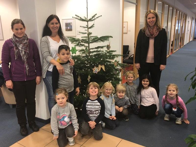 Kleine Helfer schm�ckten Weihnachtsbaum der Deutschen Bank in Betzdorf