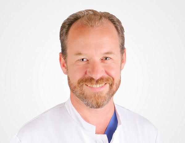 """Verzahnt ambulant und stationär: Privatdozent Dr. Dr. Jan-Falco Wilbrand ist der neue Chefarzt der Mund-, Kiefer- und Gesichtschirurgie am """"Stilling"""". (Foto: privat)"""