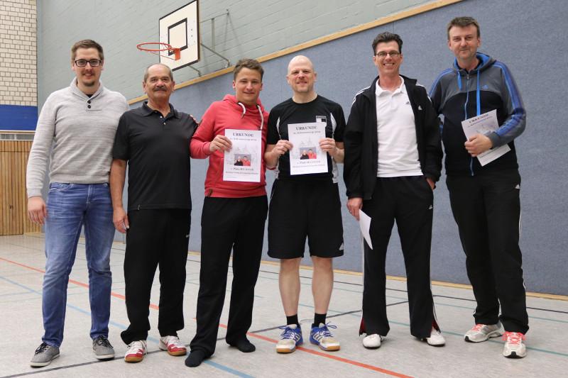 Die Siegerehrung Doppel Hobbyspieler: Sascha Mahrle (3.v.l.) Michael Wettach (4.v.l.). Foto: Badminton Club Kleve/M.Rauhut