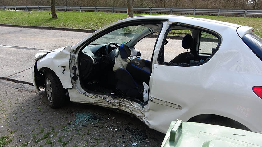 Fahrerin kommt von Autobahn ab und wird schwer verletzt