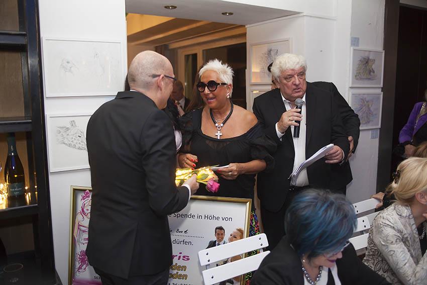 Damaris Mendel übergibt den Gutschein für das Kleid an den Gewinner. Fotos: Wolfgang Tischler