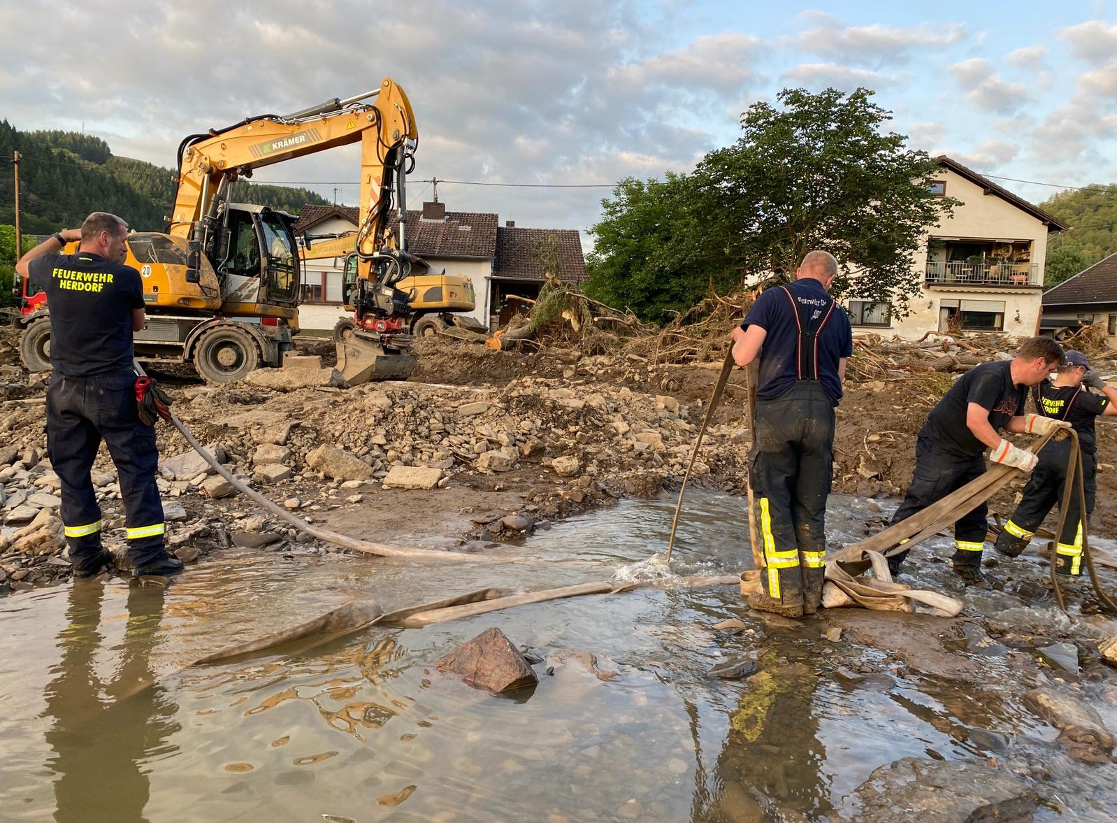 Die örtlichen Einsatzkräfte leisteten vor Ort große Hilfe. Foto: Kreisverwaltung