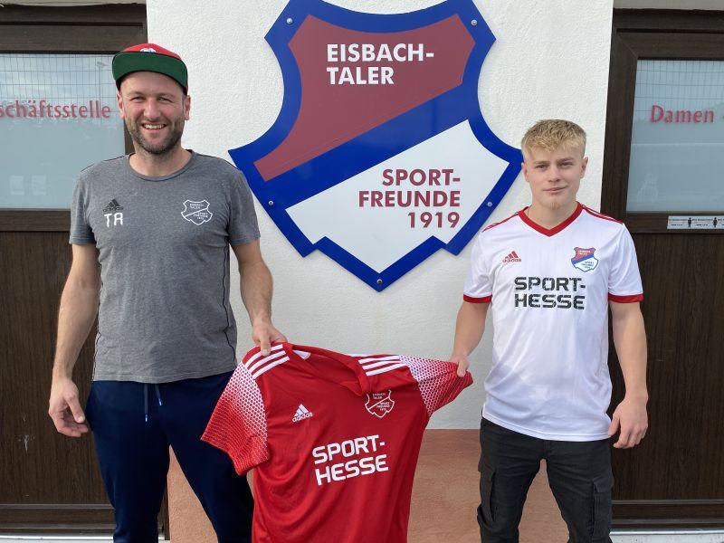 Eisbachtals Trainer Marco Reifenscheidt (links) freut sich über seinen offensiven Neuzugang Alen Muharemi (rechts). Foto: SF Eisbachtal