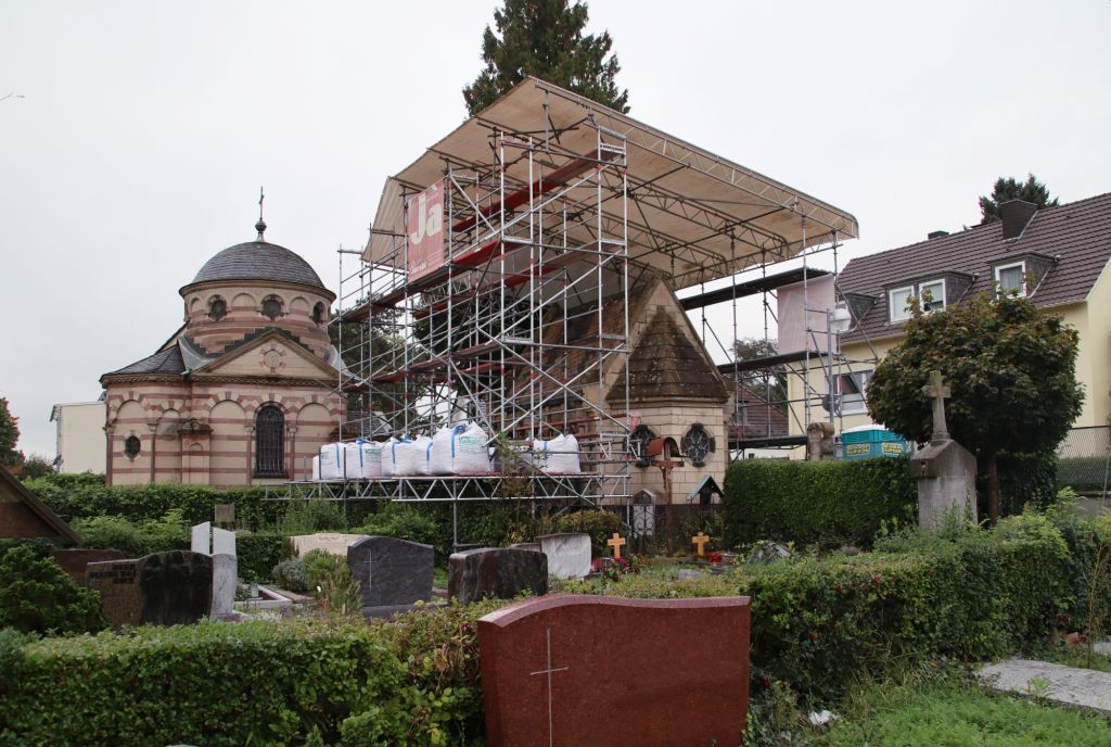 Historische Friedhofshallen für Sanierung eingerüstet und überdacht