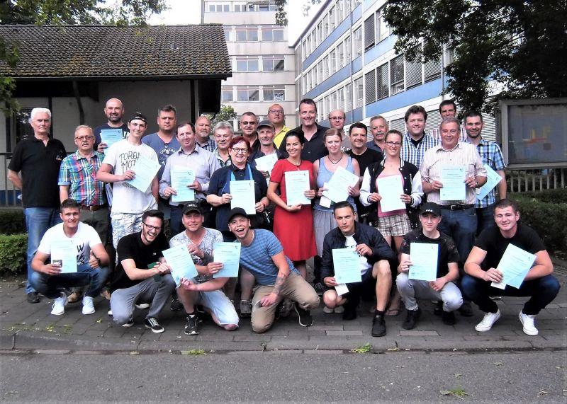 28 Angler bestanden Fischereiprüfung in Neuwied