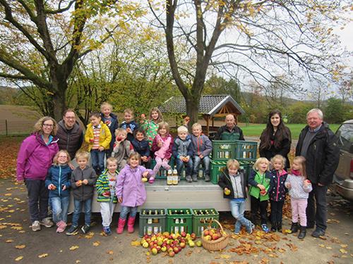 Ortsgemeinde Pracht übergibt Apfelsaft an Kindergartenkinder