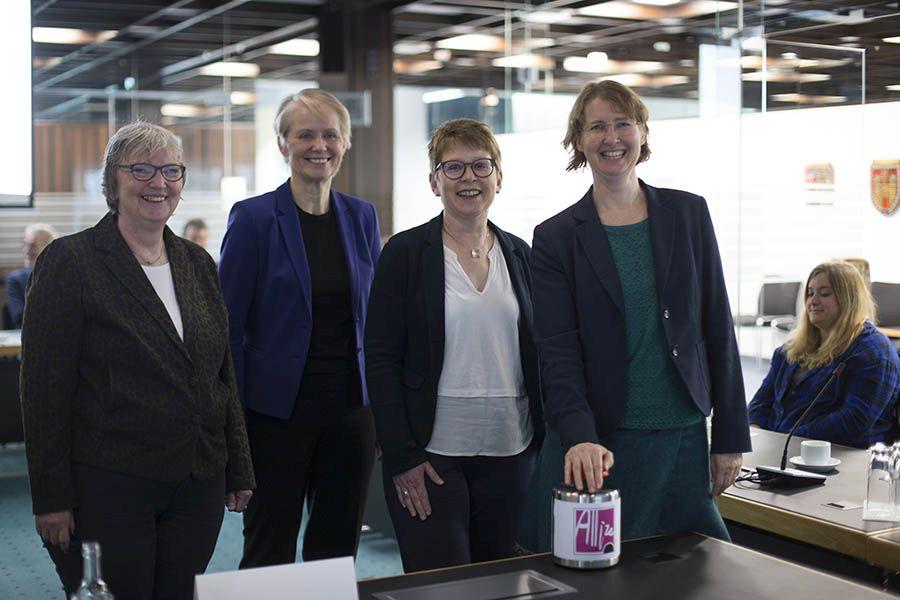 Die App ist aktiviert. Von links: Beate Ullwer, Gabi Wieland, Dr. Tanja Machalet und Dr. Christiane Rohleder. Fotos: Helmi Tischler-Venter