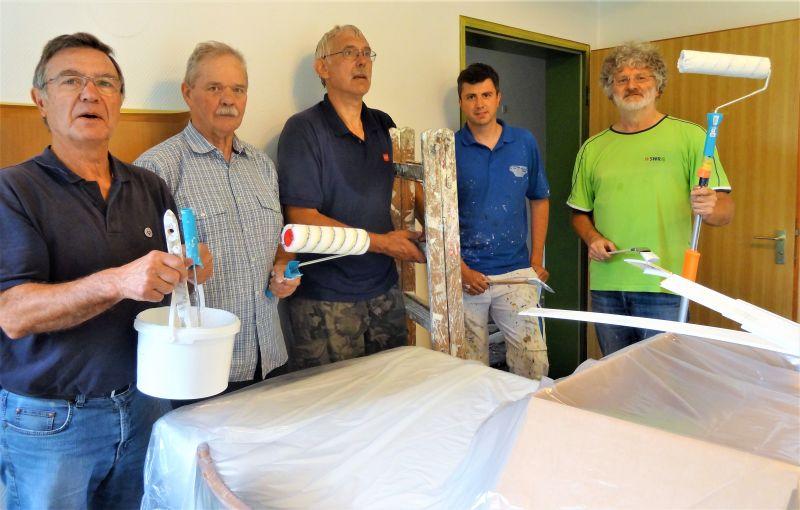 """Die beteiligten """"Maler"""" freuten sich mit Heimleiter Franz Schmitz und Malermeister Wolfgang Paul (beide nicht auf dem Foto) über die erfolgreich abgeschlossene Renovierung der """"Brüderklausur"""". Foto: privat"""