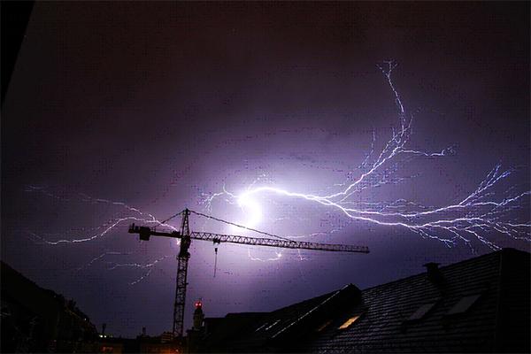Gewitter treten gerade in den Sommermonaten nach zuvor schwülen Temperaturen in den Abendstunden auf. Bildquelle: nickgesell / pixabay.com