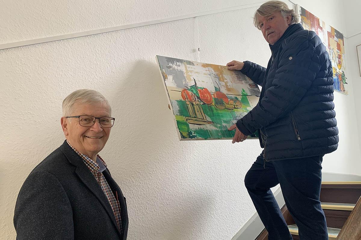 Stadtbürgermeister Gerhard Hausen freut sich über die Aufwertung der Treppenhaus-Galerie im historischen Rathaus Unkel. Foto: Kulturstadt Unkel / Thomas Herschbach