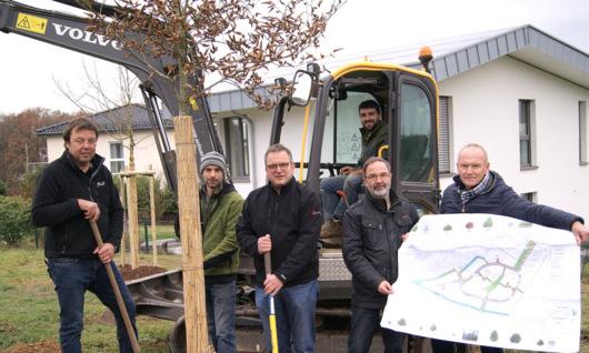 """Im Wissener Neubaugebiet """"Auf den Weiden"""" im Stadtteil Schönstein erfolgt derzeit die Bepflanzung mit heimischen Bäumen und Sträuchern. (Foto: Stadt/Verbandsgemeinde Wissen)"""