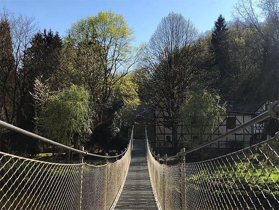 Ehemals l�ngste Seilh�ngebr�cke des Landes f�hrt bei Helmeroth �ber die Nister