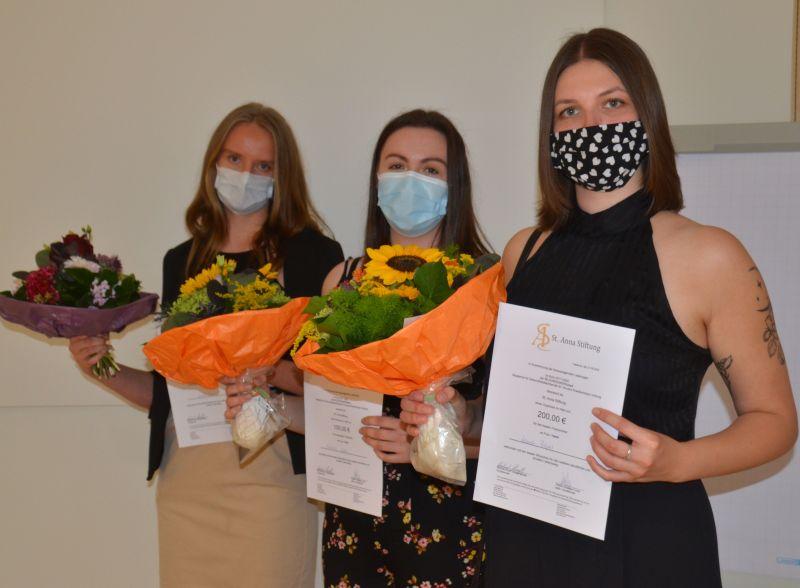 Elf frisch examinierte Gesundheits- und Krankenpfleger/innen
