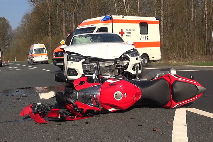 Motorradfahrer wird bei Unfall mit PKW schwer verletzt
