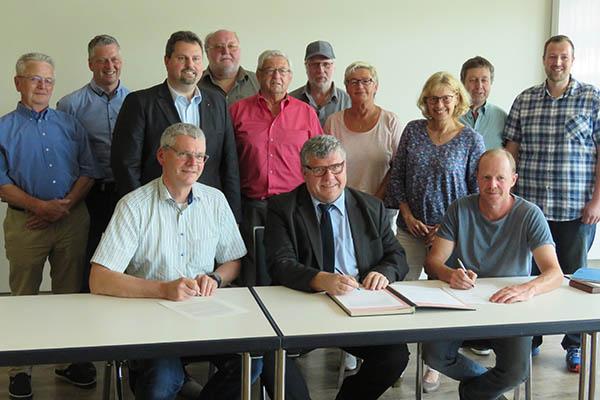 Bachpatenschaft: Altenwied und Kreisverwaltung schließen Vertrag