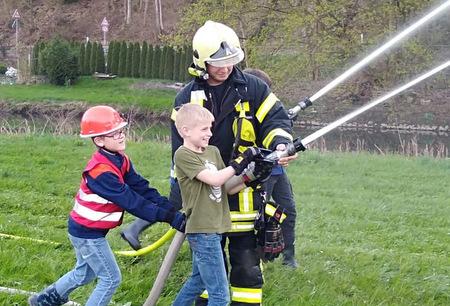 Einsatz f�r die �Feuerf�chse� der Kirchener Bambini-Feuerwehr