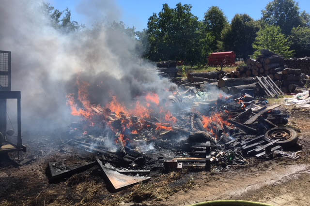 Holz und Stroh gerät auf Bauernhof in Brand
