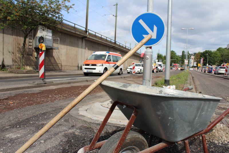 Bei Straßenbaustellen müssen die Bauarbeiter oft nah am fließenden Verkehr arbeiten. Foto: SGD Nord
