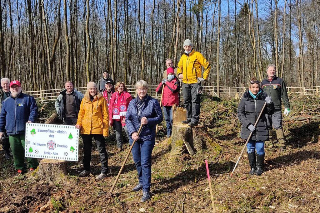 Bayern-Fans pflanzen neuen Wald