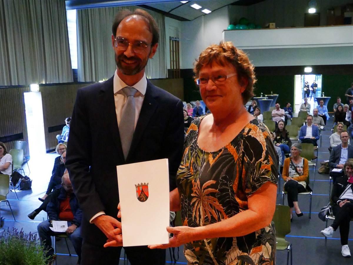 """""""Herzhaftes Lachen wird fehlen"""" – Direktorin IGS Betzdorf-Kirchen in Ruhestand verabschiedet"""
