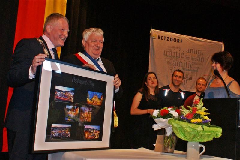 Betzdorfs Bürgermeister Bernd Brato überreichte seinem Amtskollegen aus Dezice stellvertretend für die Stadt eine Fotocollage. Fotos: ddp