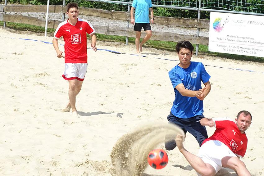 Akrobatik und Schusstechnik bei den Akteuren im Sand. Fotos: Willi Simon und FVR