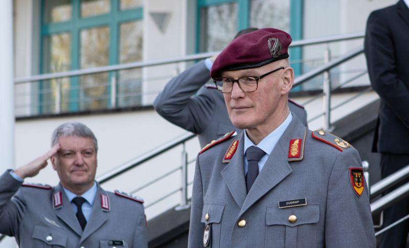 Die Zentrumsangehörigen verabschieden ihren ehemaligen Kommandeur Zudrop in den wohlverdienten Ruhestand. Fotos: Bundeswehr
