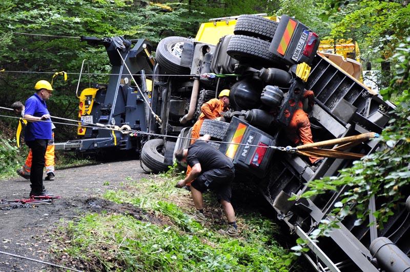 Spezialisten machten sich an die Bergung des Holztransporters. (Fotos: kkö)