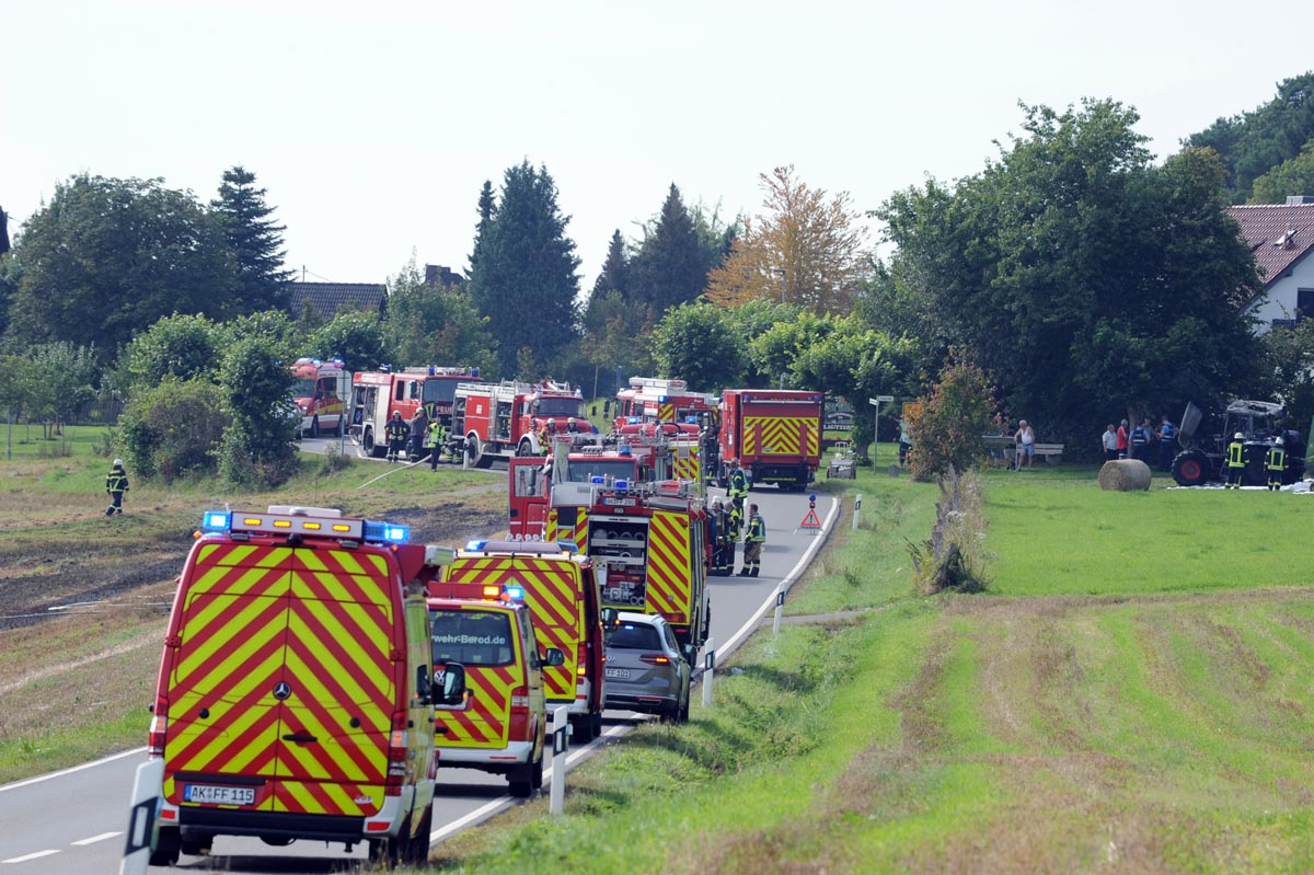 Großaufgebot der Feuerwehren: Feld und Traktor brannten in Berod