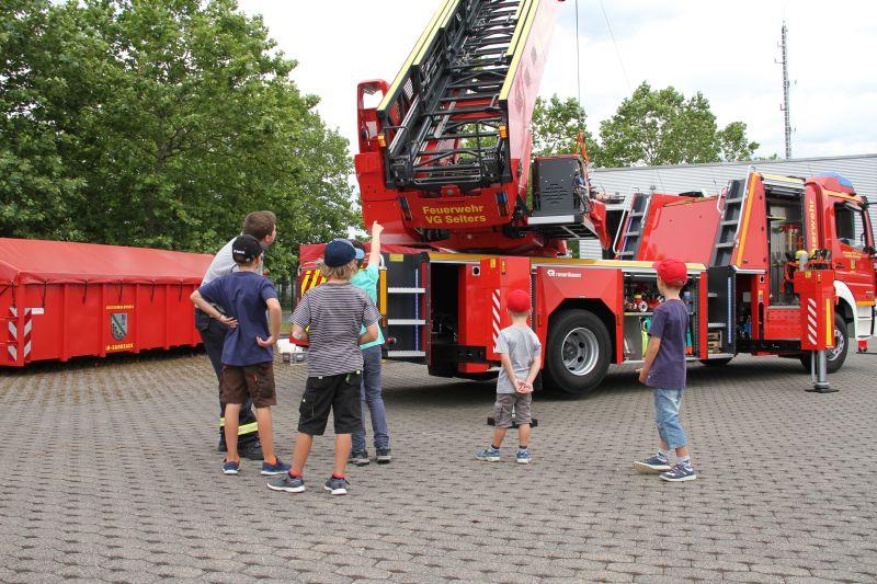 Die neue Drehleiter in Aktion. Fotos: Daniel Schwinn, Feuerwehr Selters
