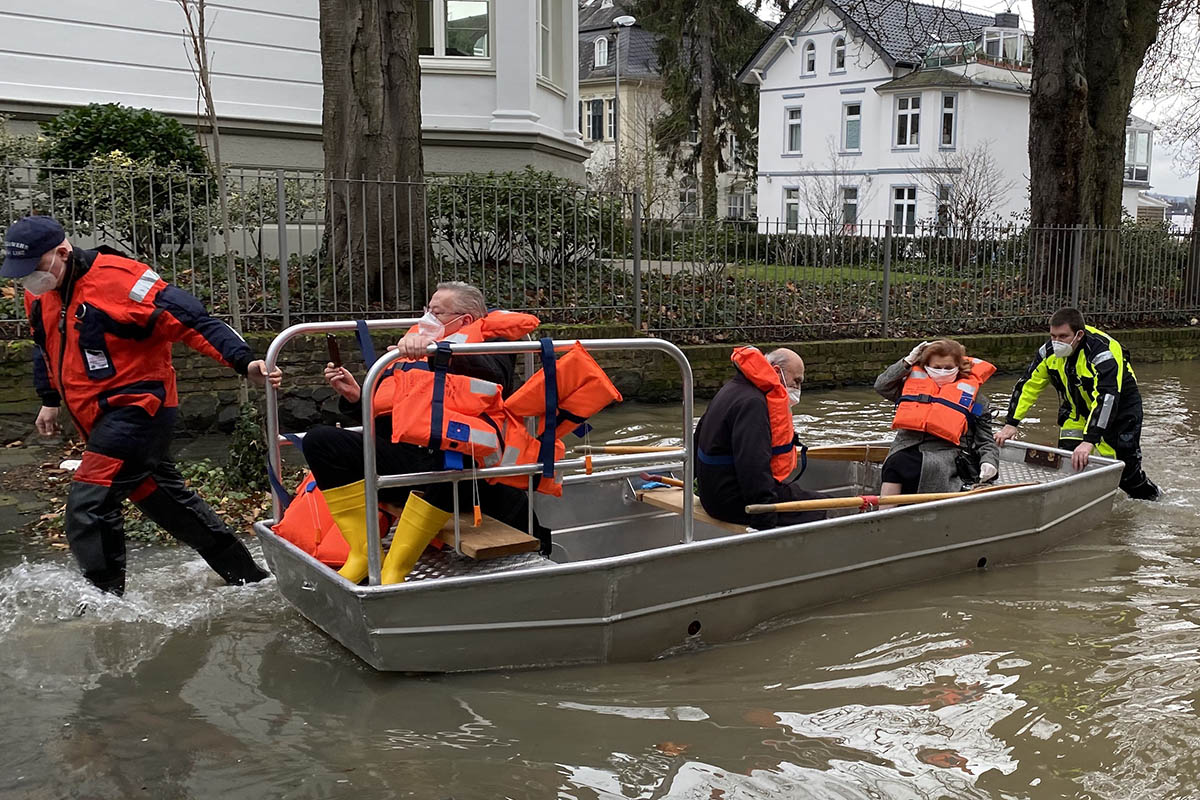 Hochwasser: Mit dem Bötchen ins Impfzentrum