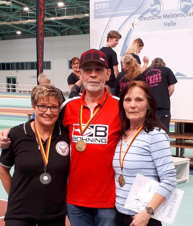 Erfolgreiche Gebhardshainer Schützen bei den Feldbogenmeisterschaften in Halle an der Saale: (von links) Gabi Dehn, Dieter Glöckner, Gaby Glöckner. (Foto: Verein)
