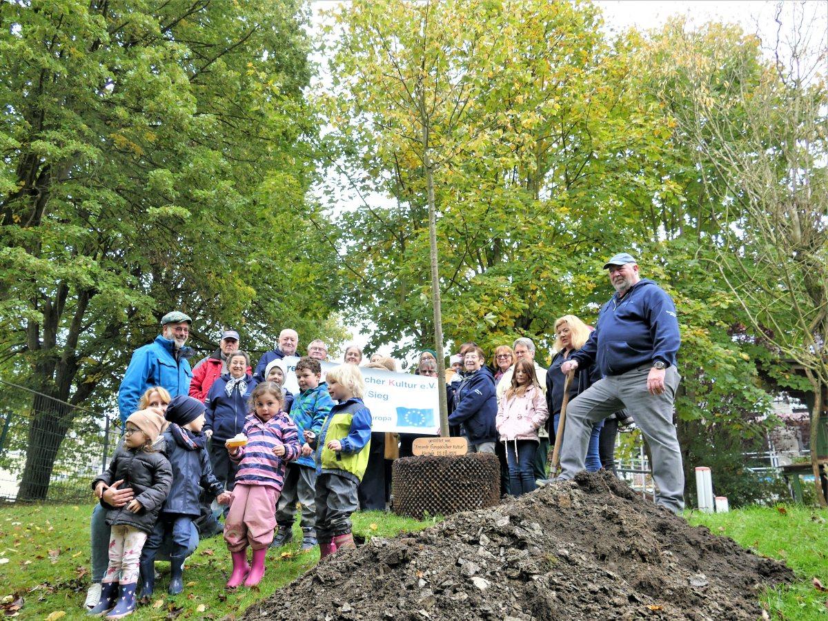 Etwas Bleibendes spenden: Baumpflanzaktion der Freunde europäischer Kultur Kirchen